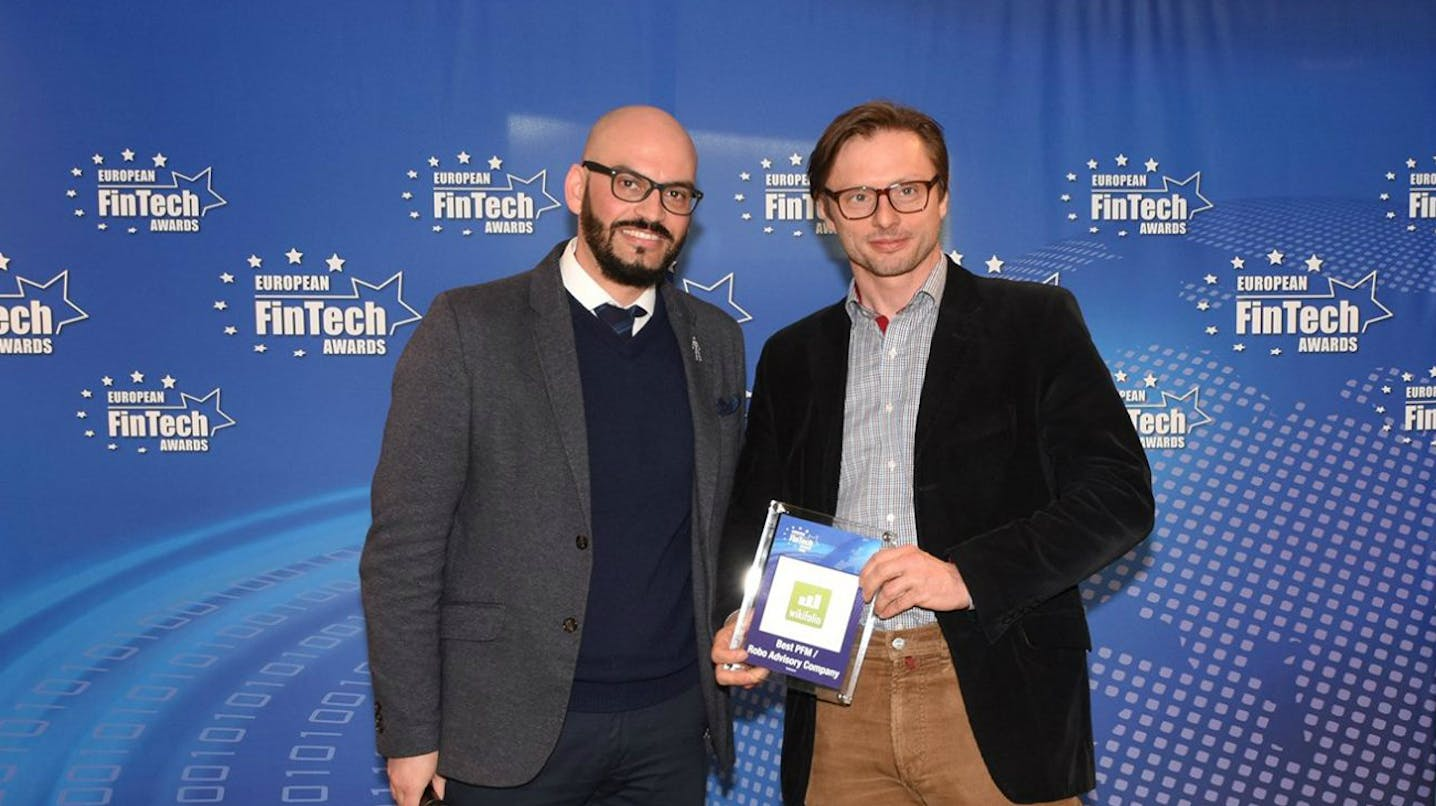 Andreas Kern, Gründer und CEO der wikifolio AG und Jury-Mitglied David M. Brear, Chief Thinker der Think Different Group Ltd, bei der Preisverleihung (Quelle: European FinTech Awards).