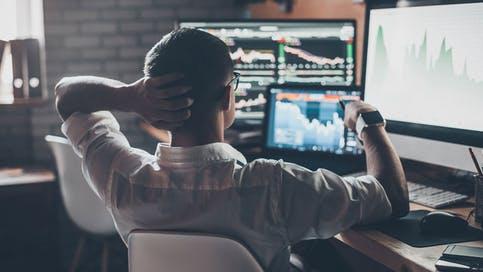 Trader vor Computer, Aktientrading, Aktienmarkt