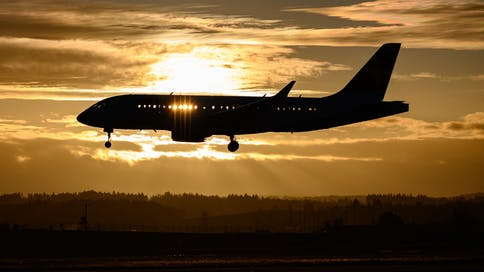 flugzeug-landeanflug-sonnenuntergang